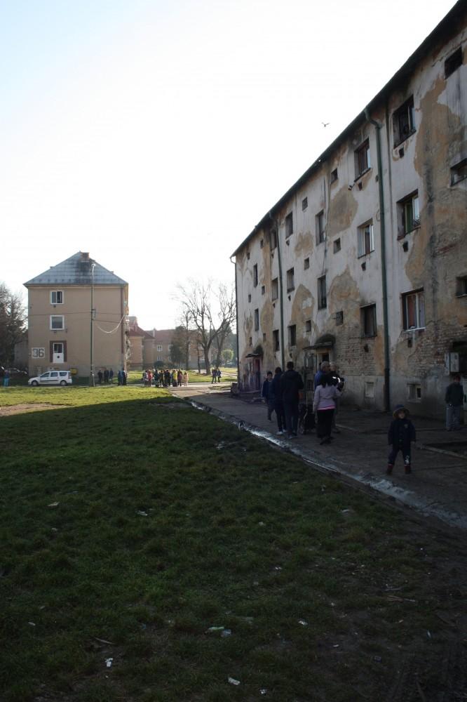9813a131d V troch domoch je 58 bytových jednotiek, pričom sa v nich podľa  Schlesingera majú zdržiavať aj osoby, ktoré sú tam akoby na návšteve a  ostatným sa mesto ...